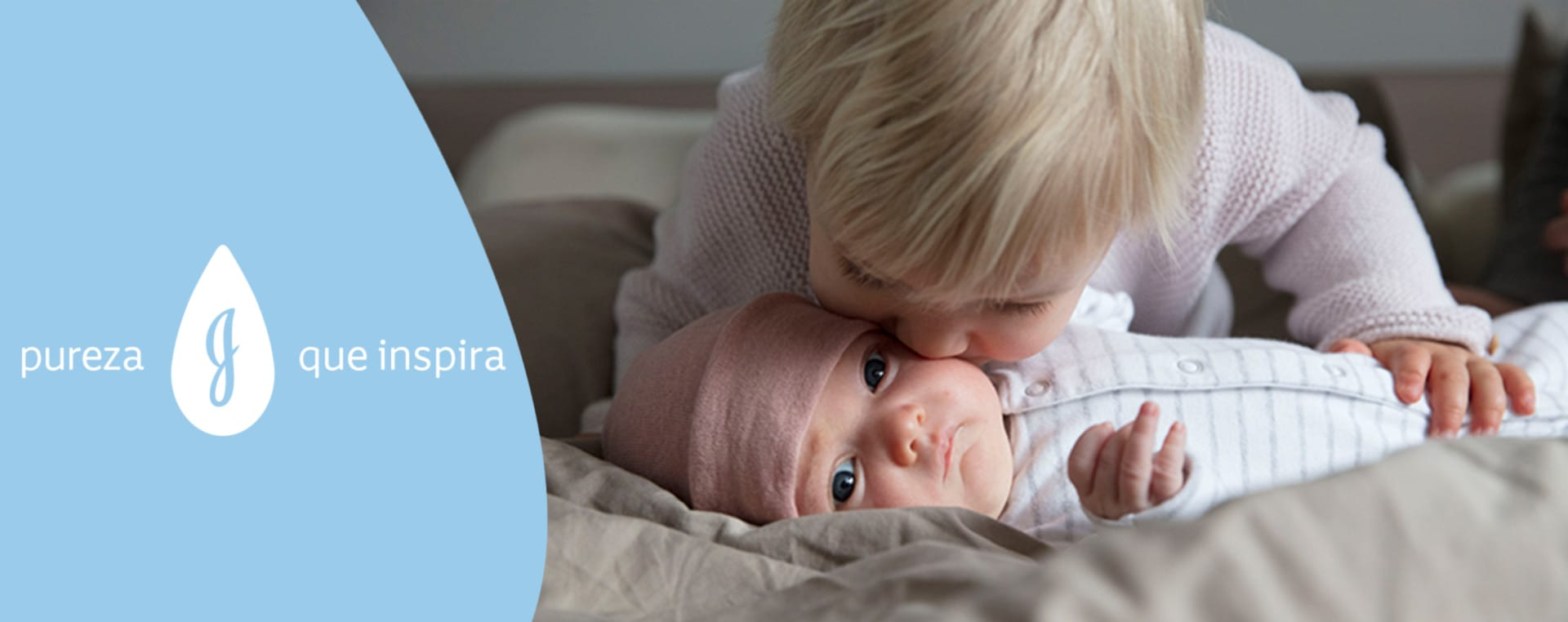 Criança beijando bebê