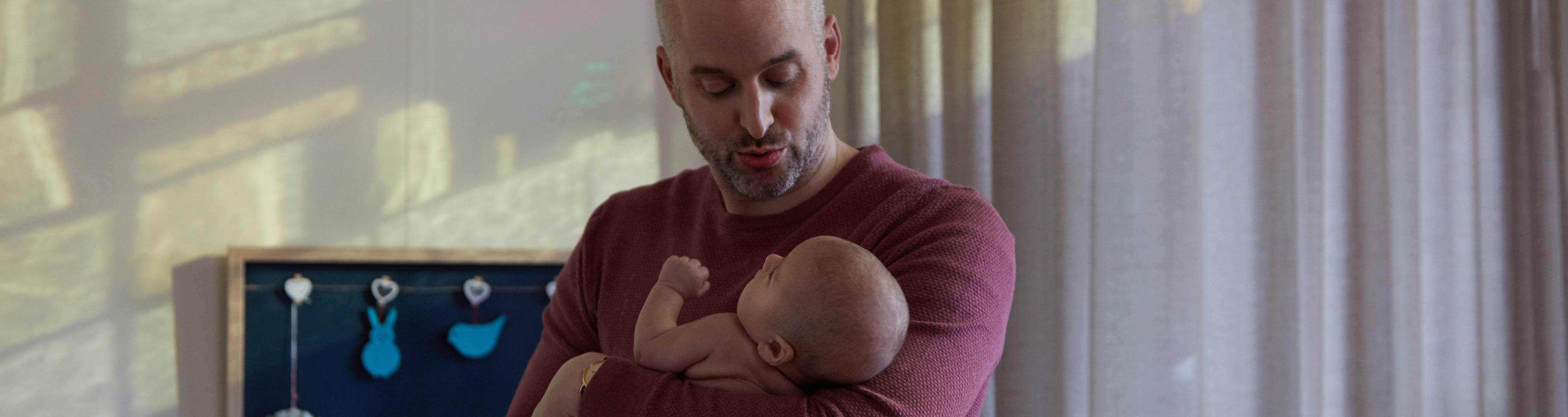 Pai com bebê no colo