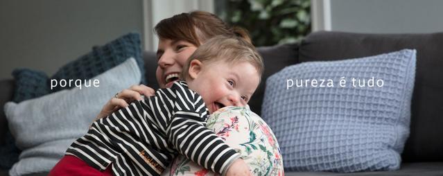Mãe segurando bebê sorrindo