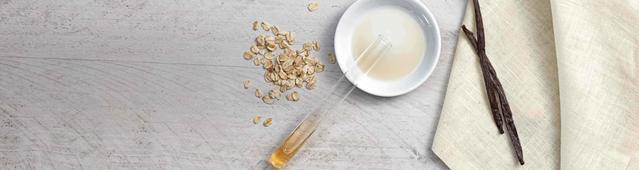 Favos e semente de baunilha numa mesa com prato