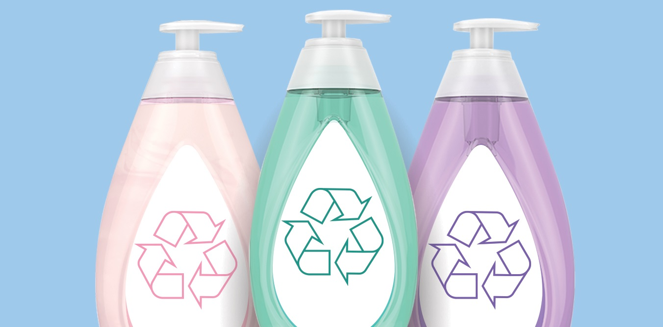 Embalagens de produtos com o símbolo da reciclagem estampado no rótulo
